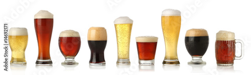 Photo Various glasses of different beers, isolated on white