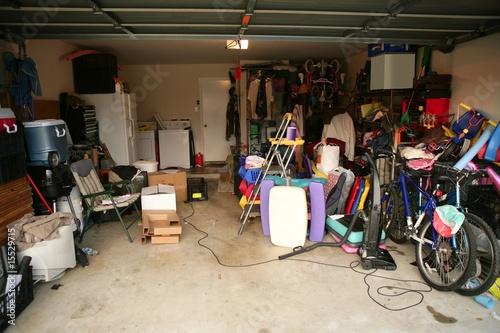 Canvas-taulu messy abandoned garage full of stuff