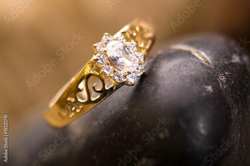 Złoty pierścionek na kamieniach