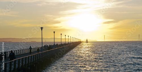 Foto a pier in san francisco bay with the golden gate bridge