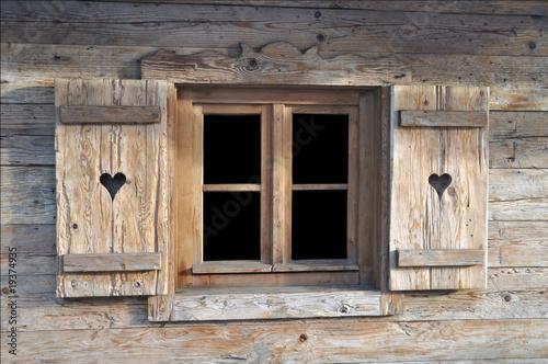 Fototapeta Okno w drewnianej chacie na wymiar