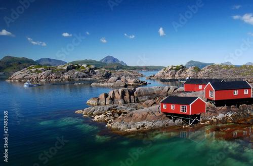 Drei Rorbu Blockütten am Fjord Fototapeta