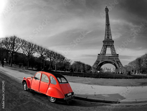 Tour Eiffel et voiture rouge- Paris #28112143