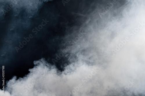 Naklejka premium Biały dym na czarnym tle. Odosobniony.