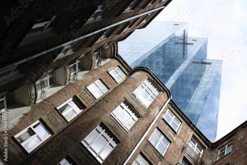 Fototapeta premium stare i nowe budynki