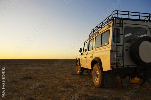 Платно rover vehicle in desert