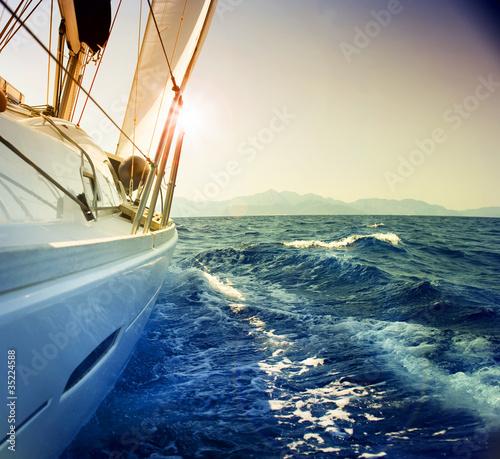 Fototapeta Jacht na morzu przed zachodem słońca na wymiar