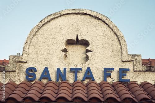 Fototapeta premium Znak Santa Fe widoczny na budynku