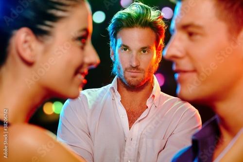 Canvas Print Jealous man looking at flirting couple