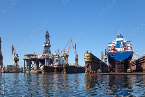 Fotografia On the dock at the shipyard