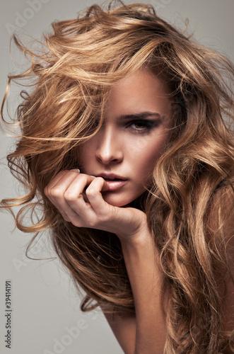Fototapeta Portret delikatnej blond kobiety w stylu Vogue wysoka