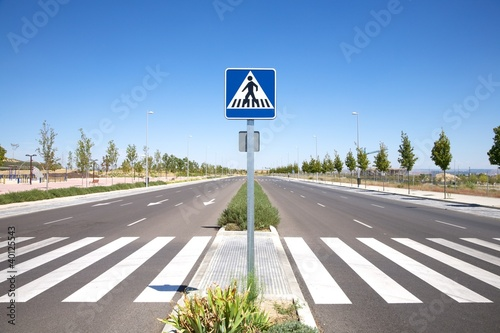 Fotografia lonely street with crosswalk