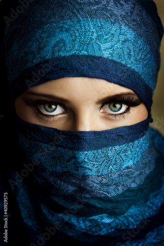 Fototapeta premium Młoda arabska kobieta w hidżabie z seksownymi niebieskimi oczami