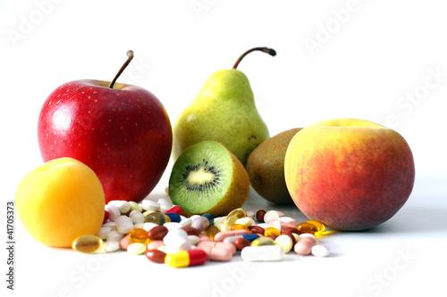 Vitamintabletten zusammen mit Obstsorten freigestellt