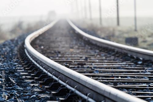 Fotografie, Obraz Einspurige Bahnlinie im Morgennebel