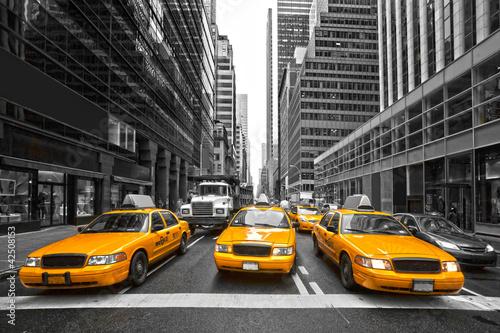 Fototapeta Żółte taksówki w Nowym Jorku, USA czarno-biała z kolorowym akcentem