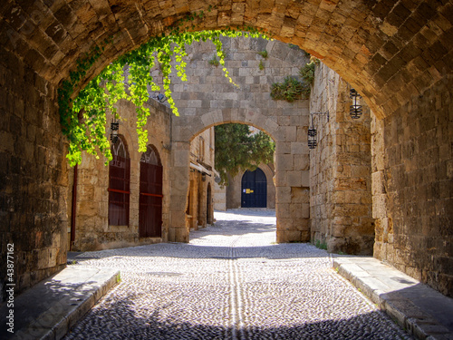 Fototapeta premium Średniowieczna łukowata ulica w starym miasteczku Rhodes, Grecja