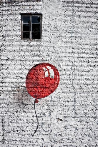Fototapeta Ściana z oknem i czerwonym balonikiem czarno-biała wysoka