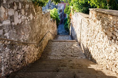 Fototapeta premium Wąska ulica i schody w Puli, Croartia