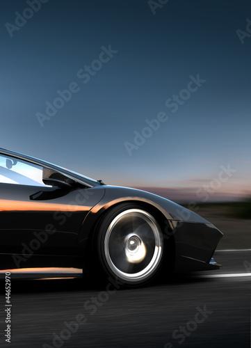 фотография Schwarzer italienischer Sportwagen fährt schnell auf einer Straße