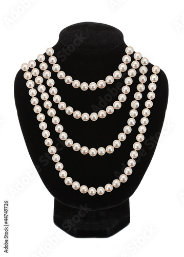 Fotografia Pearl necklace on black mannequin isolated on white background