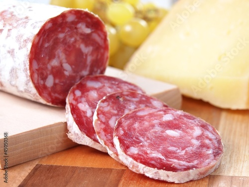 Photo slices of salame from tuscany