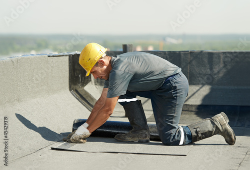 Fotografia Flat roof covering works with roofing felt