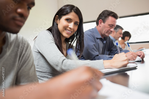 Canvas Print Woman looking up from lecture
