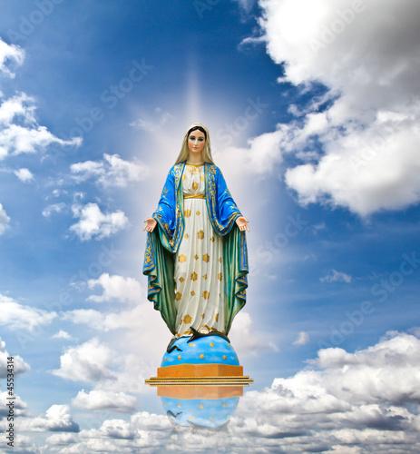 Obraz na płótnie Virgin mary statue at the sky background.
