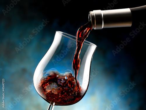 bottiglia versa vino rosso nel bicchiere Fototapete