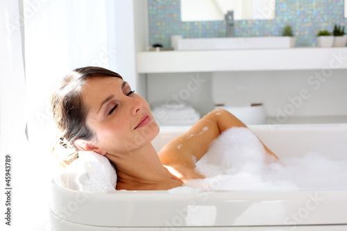 Tableau sur Toile Belle femme se détendre dans la baignoire