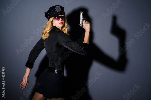 Photo Young attractive woman police
