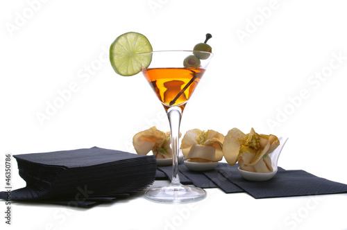 Leinwand Poster aperitivo con cocktail,bocconcini su fondo bianco