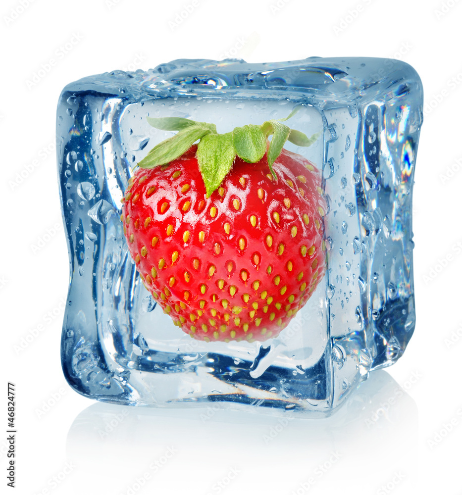 Kostki lodu i truskawki <span>plik: #46824777   autor: Givaga</span>