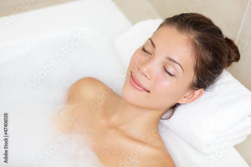 Bathing woman relaxing in bath Fototapet