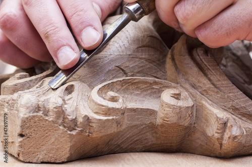 Fotografija craftsman carving with a gouge