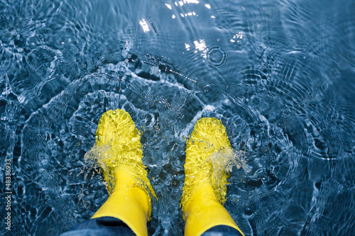 Canvastavla rubber boots splashing in the water