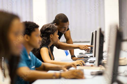 Foto african american college students in computer room