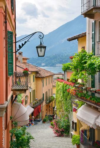 Malowniczy widok ulicy małego miasteczka w jeziorze Como we Włoszech