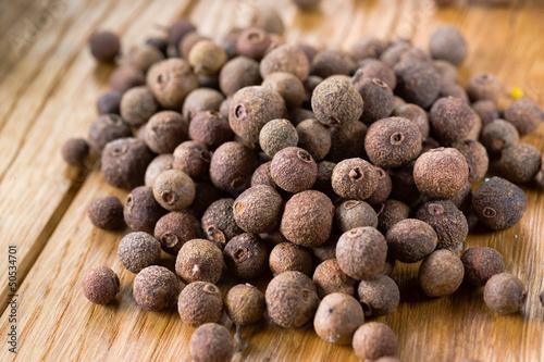 Fotografia Organic fragrant black pepper. allspice