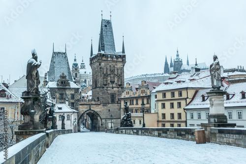 Cuadros en Lienzo Snow Covered Charles Bridge in Prague