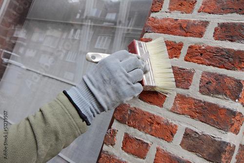Valokuva homme hydrofugeant façade poreuse