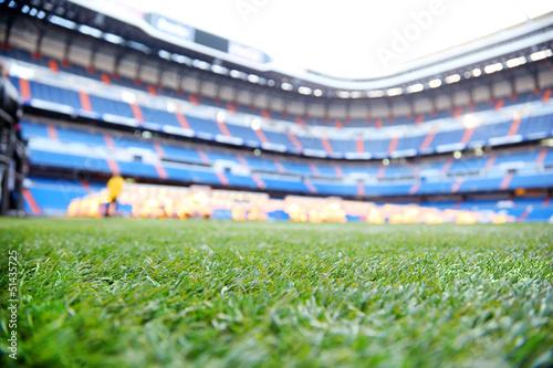 Fototapeta premium Zamknij się zielony trawnik z oznakowaniem na odkrytym stadionie piłkarskim
