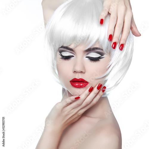 Fototapeta premium Makijaż i fryzura. Czerwone usta i wypielęgnowane paznokcie. Moda Beau