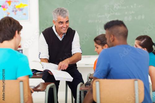 Photo senior high school teacher teaching in classroom