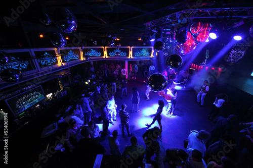 Obraz na płótnie The people on the dance floor of the nightclub