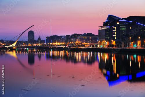 Canvas Print North bank of the river Liffey at Dublin City Center at night