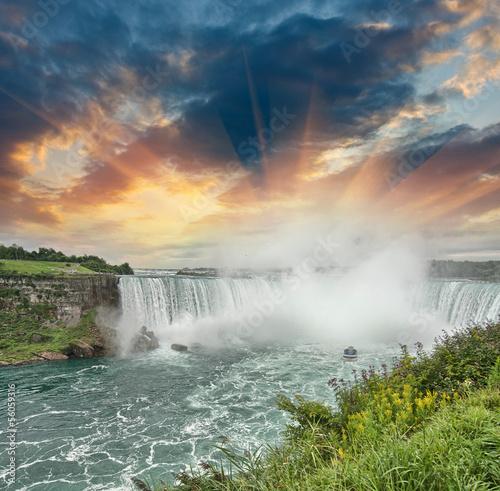 Photo Niagara Falls. Beautiful side view at summer time