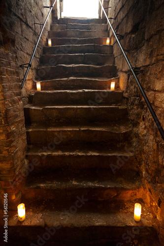 Fototapeta premium Straszne kamienne schody w starym zamku
