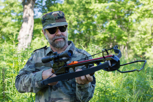 Foto Hunter holding a crossbow
